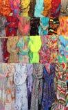 Inzameling van kleurrijke hangende sjaals Stock Afbeeldingen