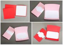 Inzameling van kleurrijke kaarten en enveloppen over grijze achtergrond Stock Afbeelding