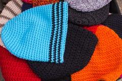 Inzameling van kleurrijke kappen voor de winter op box bij de bazaar Stock Afbeelding
