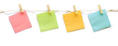 Inzameling van kleurrijke post-itdocument nota met hennepkabel Stock Foto