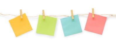 Inzameling van kleurrijke post-itdocument nota met hennepkabel op whit Stock Foto's