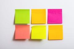 Inzameling van kleurrijke post-itdocument nota over witte achtergrond Stock Foto's