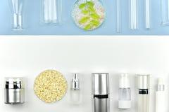 Inzameling van kosmetisch flessencontainers en laboratoriumglaswerk, Leeg etiket voor het brandmerken van model royalty-vrije stock foto's