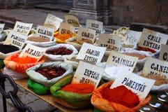 Inzameling van kruiden bij de oosterse markt stock foto's