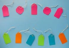 Inzameling van lege verkoopmarkering onecht die UPS op blauwe backgroun wordt geïsoleerd Stock Afbeeldingen
