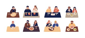 Inzameling van leuke mensen die bij lijsten zitten en verschillende heerlijke maaltijd eten Reeks mannen en vrouwen die smakelijk vector illustratie