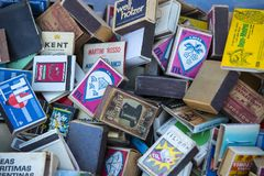 Inzameling van lucifersdoosjes op de planken van de antieke markt Royalty-vrije Stock Foto's