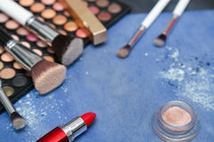 Inzameling van make-upproducten op blauwe achtergrond met copyspace Royalty-vrije Stock Fotografie