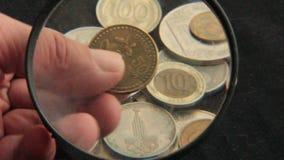 Inzameling van muntstukken stock video