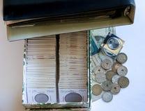 Inzameling van muntstukken en rekeningen stock afbeelding