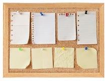 Inzameling van notadocumenten op cork raad Stock Afbeelding