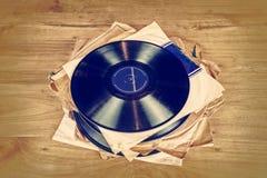 Inzameling van oud vinylverslag lp met kokers Stock Foto
