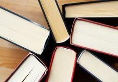 Inzameling van oude literatuurboeken van bibliotheek stock afbeelding