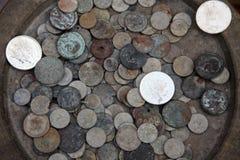 Inzameling van oude muntstukken van verschillende landen Royalty-vrije Stock Foto's