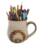 Inzameling van pennen en potloden in een mok royalty-vrije stock foto's