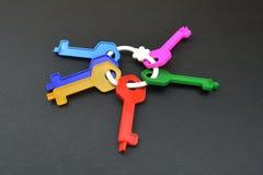 Inzameling van plastic sleutels op grijze achtergrond Royalty-vrije Stock Foto
