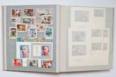 Inzameling van postzegels in album van de USSR wordt gedrukt die stock foto's