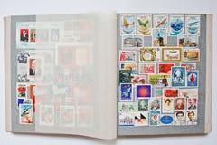 Inzameling van postzegels in album van de USSR wordt gedrukt die royalty-vrije stock foto's