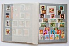 Inzameling van postzegels in album van Republiek Bulgarije stock afbeelding