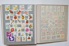 Inzameling van postzegels in album van verschillende landen a royalty-vrije stock foto