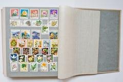 Inzameling van postzegels in album van verschillende landen a stock fotografie