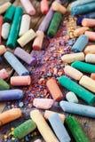 Inzameling van regenboog gekleurde pastelkleurkleurpotloden met pigmentstof o Royalty-vrije Stock Foto's