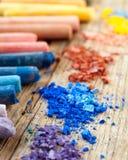 Inzameling van regenboog gekleurde pastelkleurkleurpotloden met verpletterd krijt Royalty-vrije Stock Foto