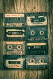 Inzameling van retro plaatsen van cassettebanden in een net stock afbeeldingen