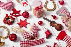 Inzameling van rode en witte geruite Kerstmisdecoratie op wo Stock Foto