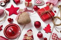 Inzameling van rode en witte geruite Kerstmisdecoratie op wo Royalty-vrije Stock Fotografie