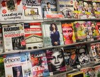 Inzameling van tijdschriften op de plank van de luchthavenopslag royalty-vrije stock afbeelding