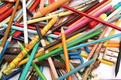 Inzameling van veelkleurige potloden en houten slijper Stock Fotografie