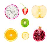 Inzameling van vers fruitplakken op witte achtergrond Draakfruit, aardbeien, appel, kiwi, Sinaasappel, banaan, granaatappel, met  royalty-vrije stock fotografie