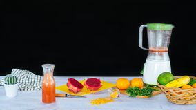 Inzameling van verschillende vruchten en een mixer royalty-vrije stock fotografie