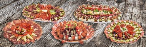 Inzameling van Vijf Servische Traditionele Welkome Voorgerecht Smakelijke die Schotels Meze op Oude Gebarsten Houten Picknicklijs Royalty-vrije Stock Fotografie