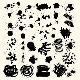 Inzameling van vlekken met zwarte verf, slagen, borstelslagen, vlekken en plonsen, vuile lijnen, ruwe texturen stock illustratie