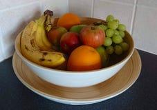 Inzameling van vruchten in een kom royalty-vrije stock afbeeldingen