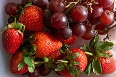 Inzameling van vruchten en groenten, Aardbeien en Druiven stock afbeeldingen