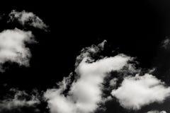 Inzameling van witte die wolken op zwarte achtergrond wordt geïsoleerd royalty-vrije stock afbeelding