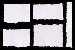 Inzameling van witte gescheurde stukken van document op zwarte achtergrond Stock Foto's