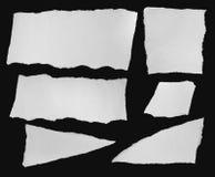 Inzameling van witte gescheurde stukken van document op zwarte achtergrond Royalty-vrije Stock Fotografie