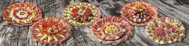 Inzameling van Zes Servische Traditionele Welkome Voorgerecht Smakelijke die Schotels Meze op Oude Gebarsten Houten Picknicklijst Royalty-vrije Stock Foto's