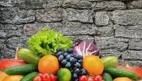 Inzamelingsgroenten en vruchten op achtergrond donkere steenmuur i Stock Foto's