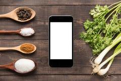 Inzamelingsreeks kruiden op houten lepels en groenten met sm Stock Foto's
