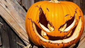 Inzoomen op een Halloween-pompoen stock videobeelden