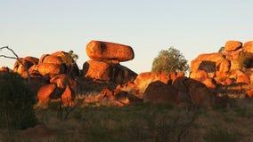Inzoomen op het marmer van de duivel in Australië bij zonsondergang stock footage
