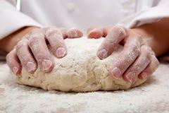 να ζυμώσει χεριών ζύμης ψωμ&io Στοκ φωτογραφία με δικαίωμα ελεύθερης χρήσης