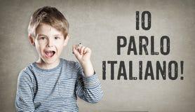 Io parlo Italiano,我讲意大利语,难看的东西背景wri的男孩 免版税库存图片