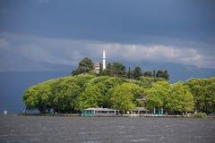 Ioannina miasta dok Pamvotis w wiosna deszczowym dniu Greece i jezioro fotografia stock