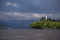 Ioannina miasta dok Pamvotis w wiosna deszczowym dniu Greece i jezioro obraz royalty free